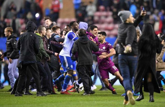 Man City thua sốc FA Cup: Aguero đánh CĐV, đối mặt án phạt nặng - 3