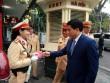 Chủ tịch TP Hà Nội lì xì cho nữ CSGT đầu năm