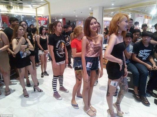 Dân xăm trổ Thái Lan mình trần rồng rắn đi trong siêu thị gây phản cảm - 2