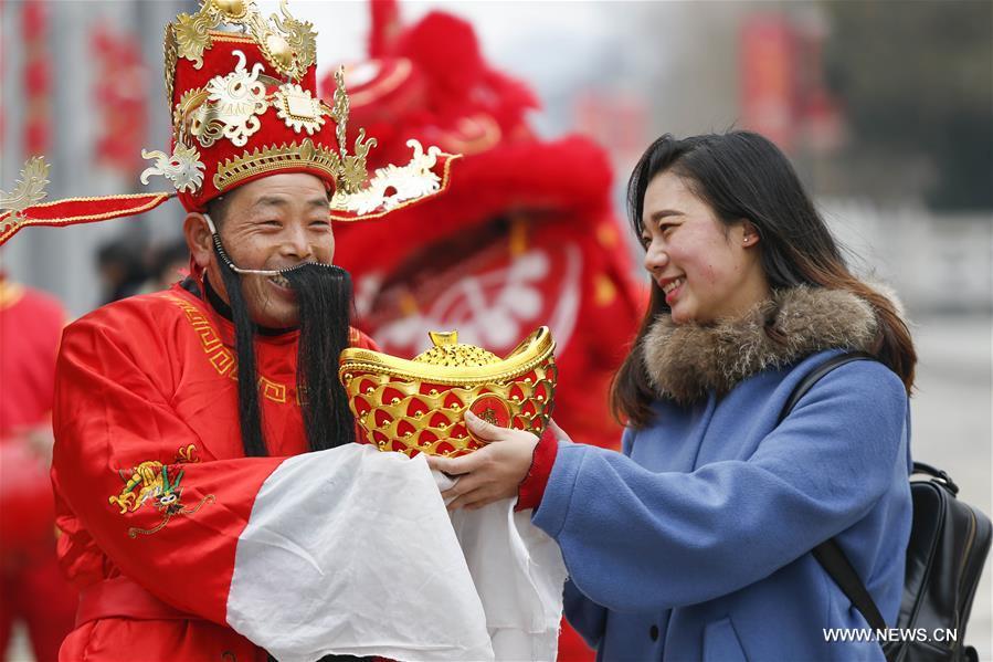 Ảnh: Dân TQ tưng bừng đi cúng Thần Tài, cầu may mắn - 8