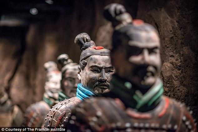 Tượng đất nung 2.000 năm từ mộ Tần Thủy Hoàng bị khách Mỹ vặt tay - 2