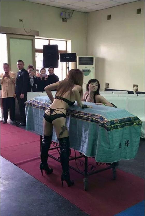 Nhức mắt cảnh vũ nữ thoát y nhảy tưng bừng tại đám ma ở TQ - 1