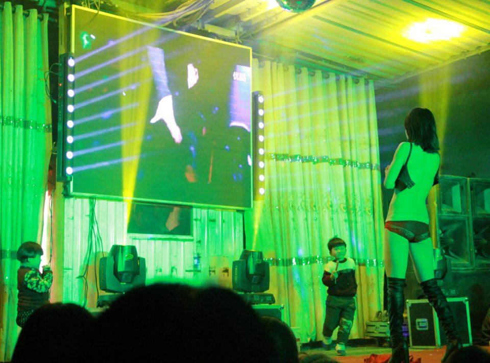 Nhức mắt cảnh vũ nữ thoát y nhảy tưng bừng tại đám ma ở TQ - 3