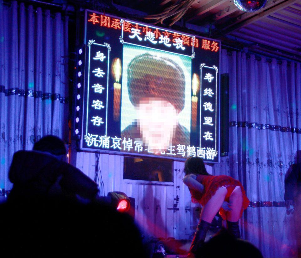 Nhức mắt cảnh vũ nữ thoát y nhảy tưng bừng tại đám ma ở TQ - 4