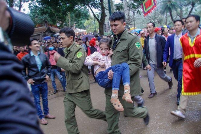 """Cõng """"Tướng bà"""" 9 tuổi thoát khỏi vòng vây tại hội Gióng - 3"""