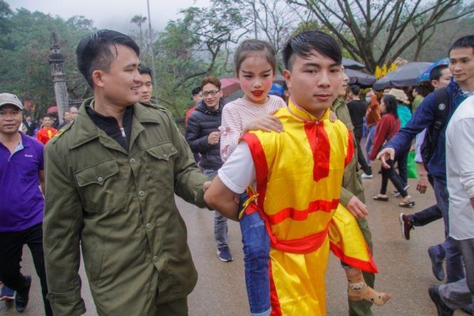 """Cõng """"Tướng bà"""" 9 tuổi thoát khỏi vòng vây tại hội Gióng - 5"""