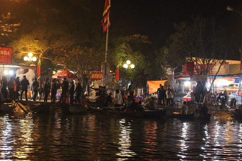 Hàng vạn người đội mưa xuyên đêm trẩy hội chùa Hương - 1