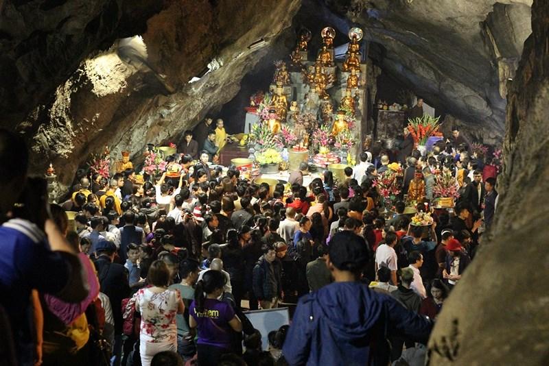 Hàng vạn người đội mưa xuyên đêm trẩy hội chùa Hương - 10