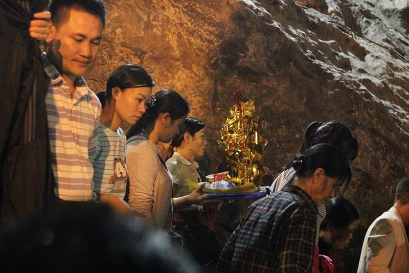 Hàng vạn người đội mưa xuyên đêm trẩy hội chùa Hương - 11
