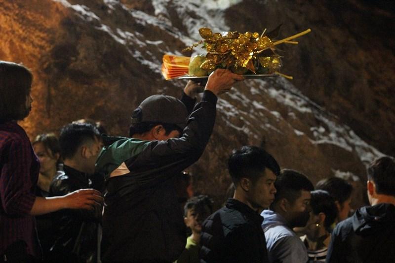 Hàng vạn người đội mưa xuyên đêm trẩy hội chùa Hương - 12