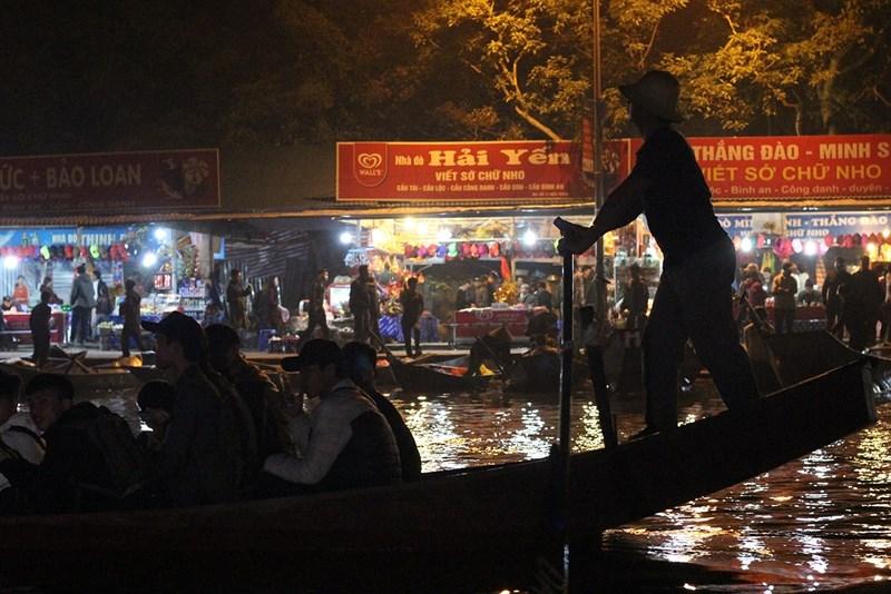 Hàng vạn người đội mưa xuyên đêm trẩy hội chùa Hương - 2