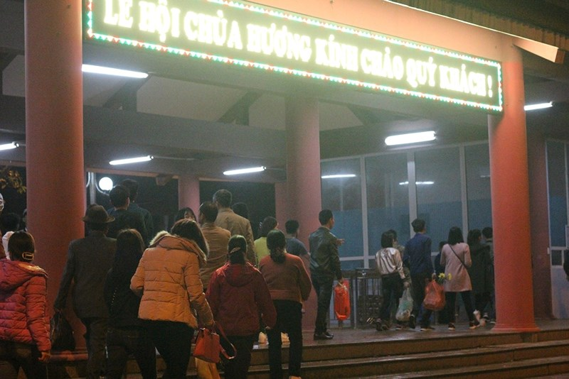 Hàng vạn người đội mưa xuyên đêm trẩy hội chùa Hương - 3