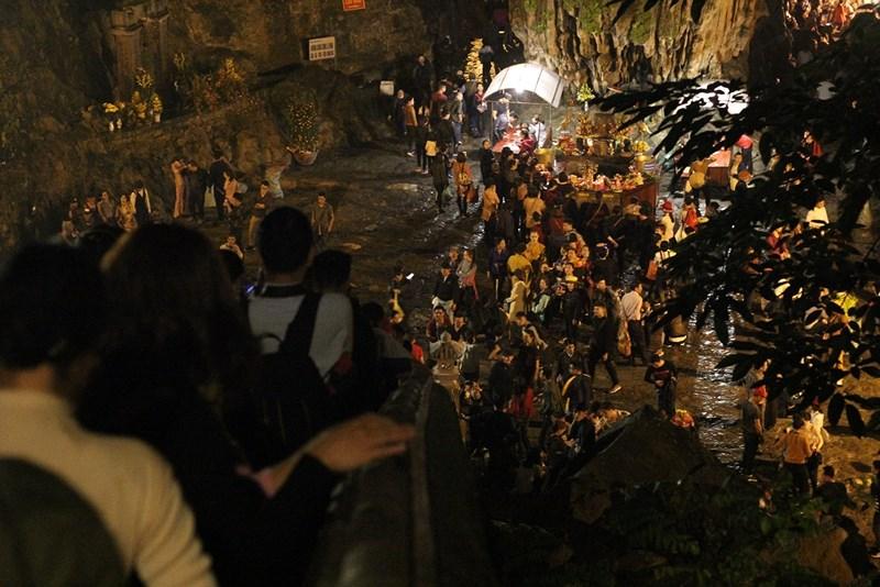 Hàng vạn người đội mưa xuyên đêm trẩy hội chùa Hương - 6