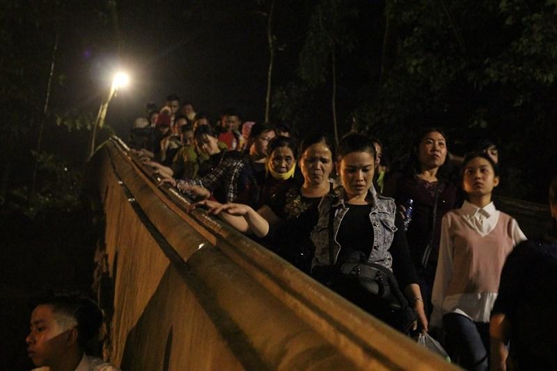 Hàng vạn người đội mưa xuyên đêm trẩy hội chùa Hương - 7