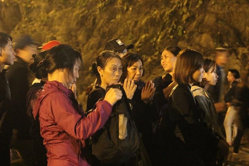 Hàng vạn người đội mưa xuyên đêm trẩy hội chùa Hương - 9