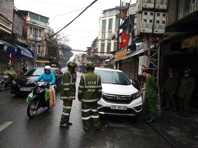Ô tô đậu dưới đường 'ăn Tết', bị cảnh sát cẩu đi - 2