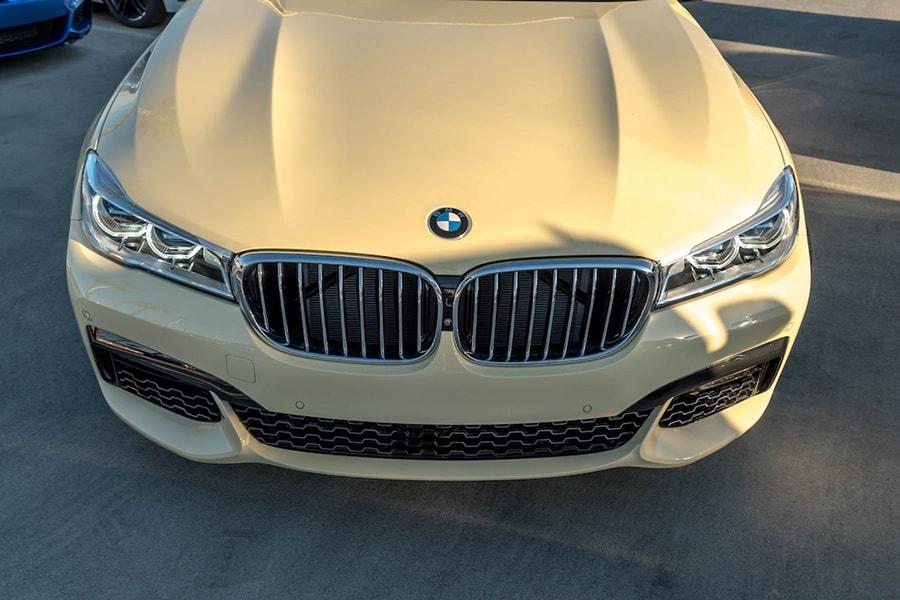BMW 750i ấn tượng với màu sơn như xe Taxi - 2