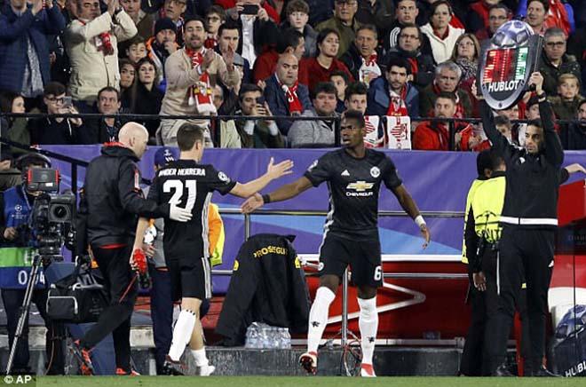 """Pogba vật vờ ở MU: Bàn tay """"siêu cò"""" xúi giục, chống đối Mourinho? - 2"""
