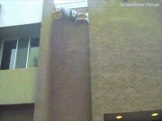Biểu diễn trèo tường, ngã dập mặt từ độ cao 9m