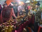 Biển người  đội mưa  xuyên đêm,  mua may  ở chợ Viềng