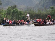 Đò chở quá tải,  giật  khách ở chùa Hương