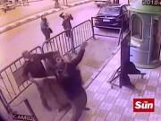 Khoảnh khắc cảnh sát Ai Cập đỡ bé rơi từ nhà tầng bằng tay không
