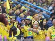 """Fan nữ  """" đại náo """"  Hàng Đẫy tiếp lửa sao U23 Việt Nam"""