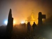 Ngàn người hành hương về Yên Tử trong đêm sương mù, giá rét