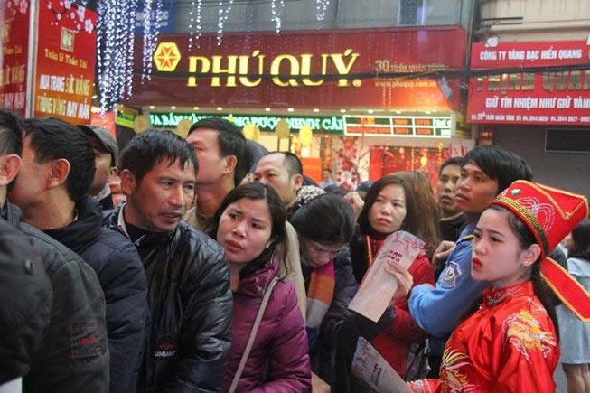 Dân HN đội mưa, xếp hàng từ tờ mờ sáng mua vàng Thần tài - 1