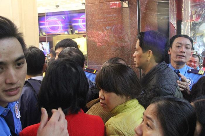 Dân HN đội mưa, xếp hàng từ tờ mờ sáng mua vàng Thần tài - 2