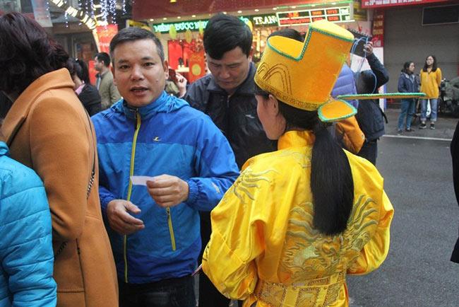 Dân HN đội mưa, xếp hàng từ tờ mờ sáng mua vàng Thần tài - 3