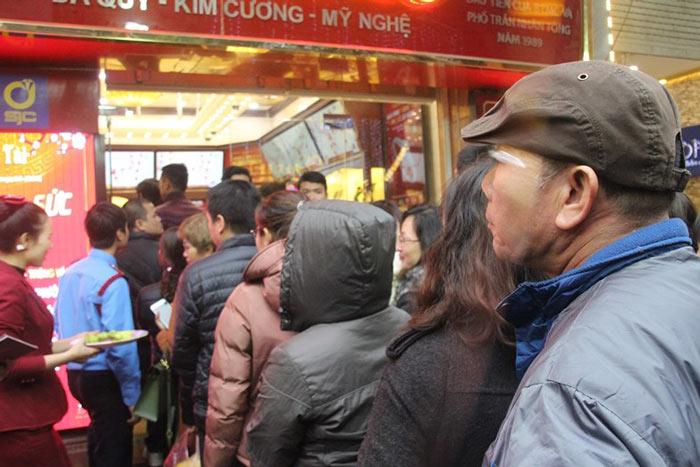 Dân HN đội mưa, xếp hàng từ tờ mờ sáng mua vàng Thần tài - 6