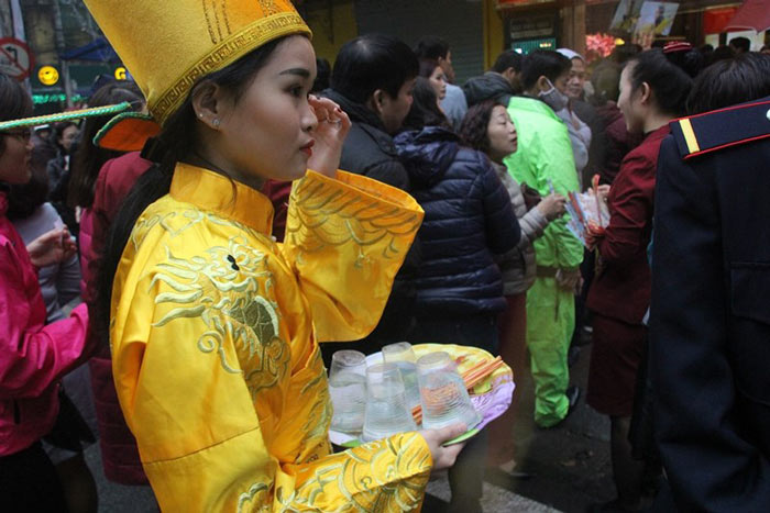 Dân HN đội mưa, xếp hàng từ tờ mờ sáng mua vàng Thần tài - 7