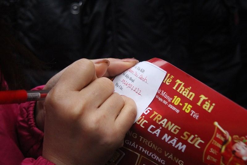 Dân HN đội mưa, xếp hàng từ tờ mờ sáng mua vàng Thần tài - 8