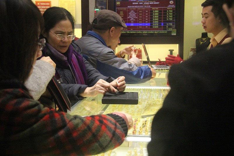 Dân HN đội mưa, xếp hàng từ tờ mờ sáng mua vàng Thần tài - 9