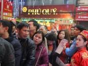 Dân HN đội mưa, xếp hàng từ tờ mờ sáng mua vàng Thần tài