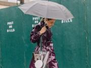 """Mặc mưa gió, tín đồ thế giới vẫn diện  """" ngút trời """"  đi xem thời trang"""
