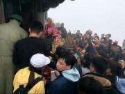 Biển người chen chân xoa tiền lẻ lên chuông, mái chùa Yên Tử cầu lộc