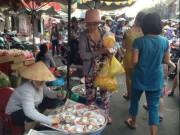 TPHCM: Người dân tấp nập mua đồ cúng ngày vía Thần tài