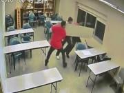 Video: 3 phạm nhân Mỹ phá cửa sổ thoát khỏi nhà giam