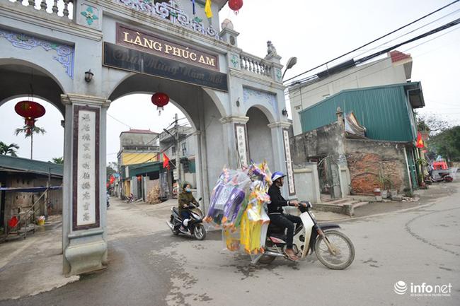 """Làng Phúc Am (Duyên Thái, Thường Tín, Hà Nội) là một trong những làng nghề làm đồ vàng mã lớn nhất tại Hà Nội, nhiều người vẫn gọi đùa là làng  """" âm phủ ' ."""