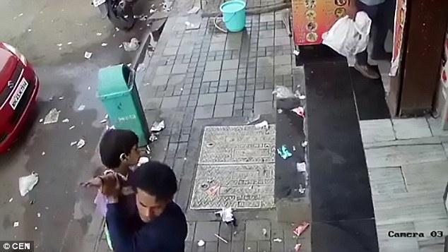Rùng mình cảnh bắt cóc bé gái Ấn Độ cực nhanh ngay trước cửa nhà - 2