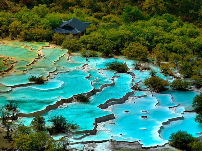Độc đáo hồ nước nóng ruộng bậc thang đủ màu ở Trung Quốc - 1