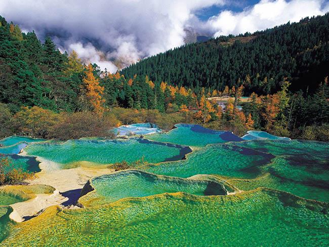 Độc đáo hồ nước nóng ruộng bậc thang đủ màu ở Trung Quốc - 2