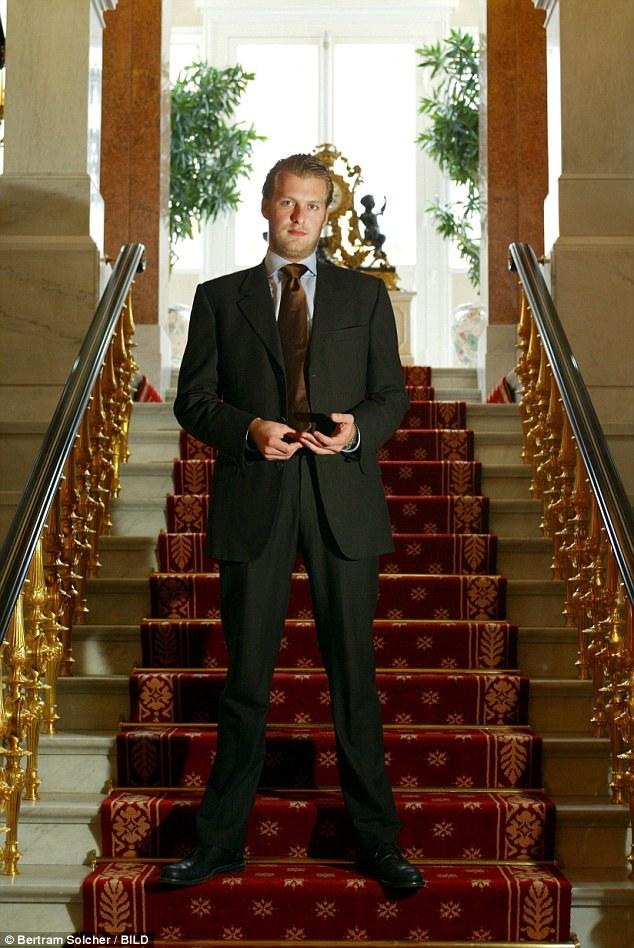 Hoàng tử Đức vừa ra tù, liền nhảy từ tầng 21 tự sát - 1