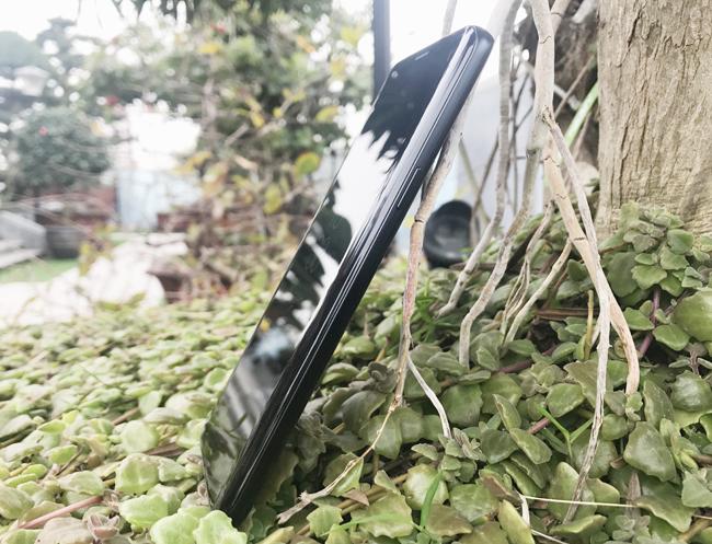 Về thiết kế, Galaxy S9 thực sự không khác biệt nhiều so với người tiền nhiệm, nhưng trên thực tế Samsung đã biến viến màn hình của S9 mỏng đến mức tối đa. Trong khi trọng lượng đã được cắt giảm đáng kể, nhẹ hơn, và vô cùng thoải mái khi cầm nắm.