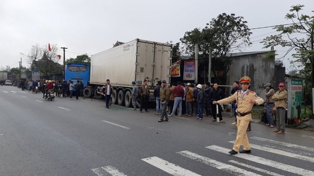 Va chạm kinh hoàng giữa xe khách và xe tải, 3 người thương vong - 1