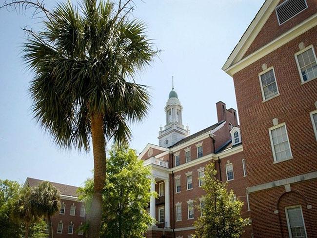 Đại học Y khoa Nam Carolina - Columbia, Nam Carolina nằm đan xen bên những rặng cây cọ, dưới ánh nắng mặt trời, và sự quyến rũ của miền Nam, Trường Đại học Y khoa Nam Carolina có một khuôn viên lớn rộng hàng nghìn mét vuông là niềm tự hào của những sinh viên từng học ở ngôi trường này