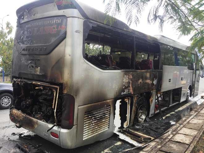 Xe khách bốc cháy trên phố Sài Gòn, cả chục người gào khóc - 1