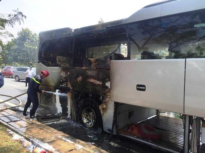 Xe khách bốc cháy trên phố Sài Gòn, cả chục người gào khóc - 2